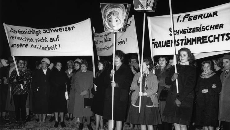 Frauen protestieren am 1. Februar 1962 auf dem Lindenhof in Zürich