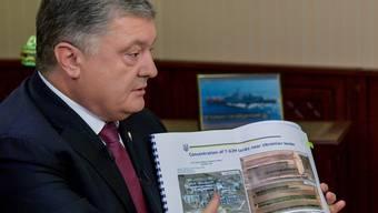 Petro Poroschenko warnt vor russischen Panzern an der Grenze.