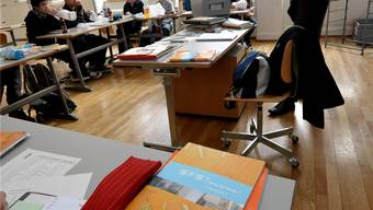 Brigitte Koller führt die Basler Gym-Schülerinnen und -Schüler im Gymnasium Leonhard an die chinesische Sprache und Kultur heran.niz
