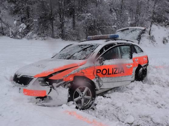 Strada GR, 15. März: Im Unterengadin ist ein Patrouillenfahrzeug der Kantonspolizei Graubünden bei einem Zusammenstoss total beschädigt worden. Die 26-jährige Polizistin am Steuer und ihr Kollege kamen mit dem Schrecken davon.