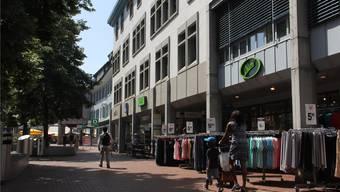Mit dem Ladenmix in Brugg wie hier am Neumarktplatz sind nicht alle Einkaufskunden zufrieden. cm