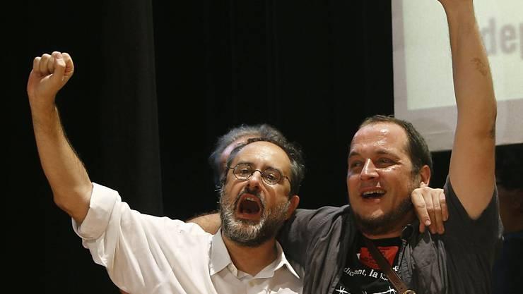 CUP-Chef Antonio Baños (links) ruft nach dem Sieg der Unabhängigkeitsbefürworter in Barcelona zum zivilen Ungehorsam auf.