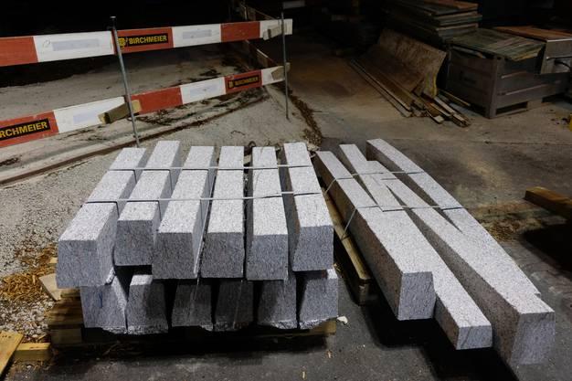 Die Granit-Randsteine für das Trottoir stehen schon bereit.