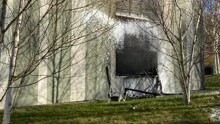 Die Feuerwehr konnte den Brand löschen und die weitere Ausbreitung im Mehrfamilienhaus verhindern.