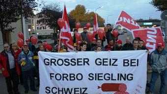 Demonstration: Am Rande des Laufenburger Bahnhofplatzes ertönt massive Kritik am Stellenabbau bei Forbo Siegling Schweiz. (ach)