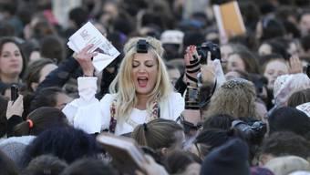"""Dass die """"Frauen der Mauer"""" am Weltfrauentag den 30. Jahrestag ihres monatlichen Gebetsdienstes an der Klagemauer begingen, löste Proteste ultraorthodoxer jüdischer Männer aus."""