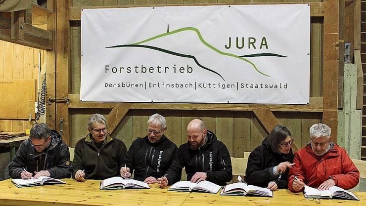 V.l.: Fabian Dietiker (Leiter Abteilung Wald), Erwin Städler (Kreisförster), Max Wehrli (Präsident Betriebskommission), Martin Blattner (Leiter Forstbetrieb Jura), Sylvia Lüthi (Aktuarin), Ruedi Iseli (Verfasser).