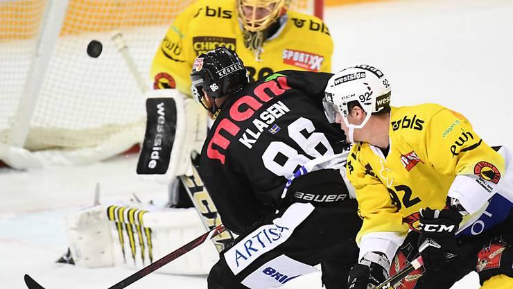 Luganos Linus Klasen bezwingt Leonardo Genoni und erzielt den Treffer zum 3:2