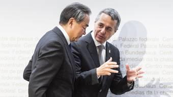 Wie lange ist er noch Aussenminister? Ignazio Cassis letzte Woche in Bern mit dem chinesischen Amtskollegen.