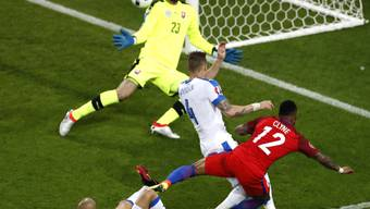 Unter Druck: Slowakeis Goalie Matus Kozacik wehrt sich gegen Englands Nathaniel Clyne
