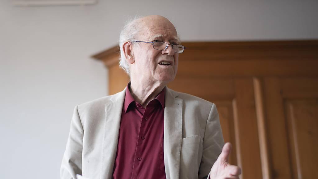 Franz Hohler ist einer der bekannten Namen am kommenden woerdz-Festival nach Luzern. Der Schweizer Autor liefert im Rahmen einer Werkschau einen Überblick über das aktuelle Schaffen im Bereich Spoken Word. (Archivbild)