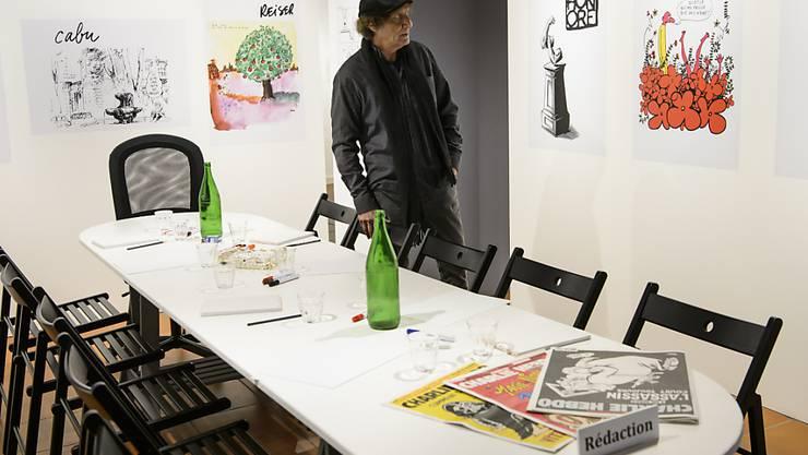 """Der Karikaturist Raymond Burki in der Ausstellung """"Relire Charlie Hebdo"""" im Haus der Pressezeichnungen in Morges."""