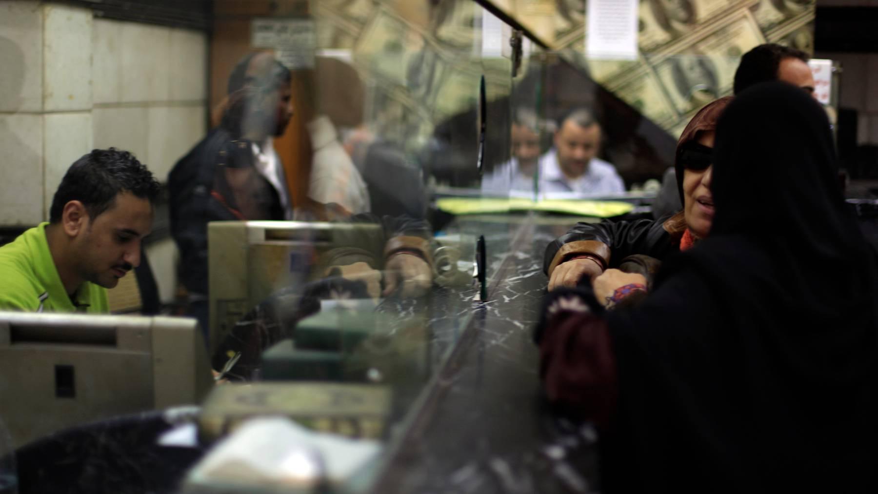Wechselstuben wie hier in Ägypten sind wichtig, um Geldüberweisungen von Migranten in die Heimat abzuwickeln. Wegen der Coronakrise sind sie vielerorts geschlossen worden.