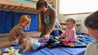 Erkrankt das Kind, dürfen Eltern 3 Tage zu Hause bleiben. Viele Firmen regeln das allerdings anders.