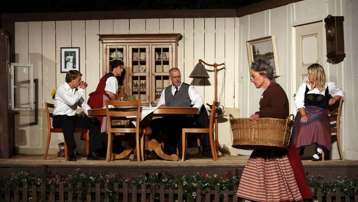 Das Ensemble der Erlinsbacher Bühne agiert mit grosser Spielfreude