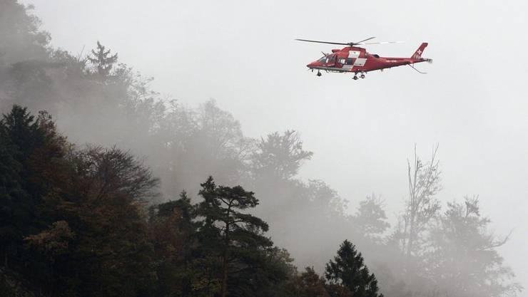 Ein Rega-Helikopter am Absturzort