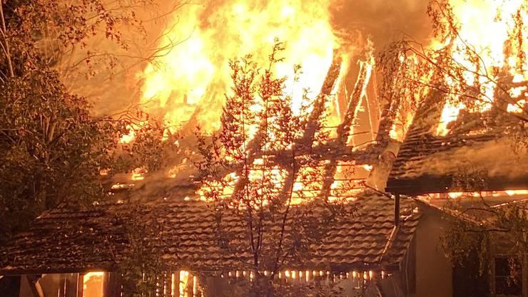 Ein Einfamilienhaus brannte am Freitagabend lichterloh.