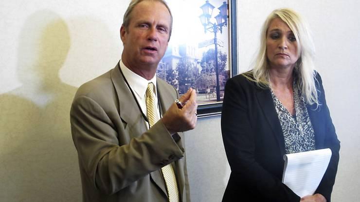 """Staatsanwalt William Goslee (l.): """"Sie stellte sich vor, dass sie ihre Tochter davor schützte, dass sie von ihrem Vater weniger geliebt wurde als die Knaben."""""""