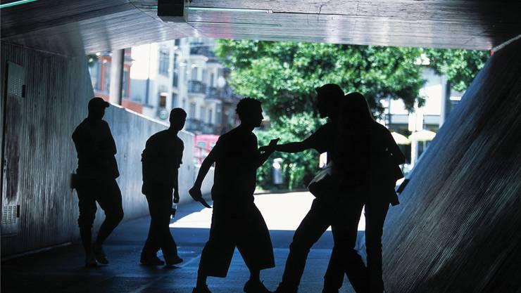 Bei Straftaten von Jugendlichen soll inskünftig der Informationsaustausch zwischen den Behörden klar geregelt sein. Gestellte Aufnahme/KEY