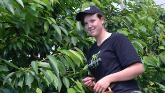 Anna Vogt beim «Chirsigünne» auf dem Bauernhof in Diegten, wo sie gerade ihre Lehre abschliesst.