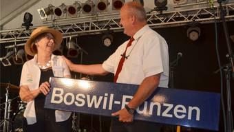 Marlise Müller, Gemeindeammann von Bünzen, überraschte ihren Boswiler Amtskollegen Michael Weber mit einer Bahnhof-Beschilderung.