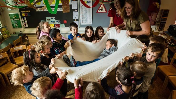 Bildungsdirektor Alex Hürzeler (SVP) sieht wegen der Mundartsprache für einen Teil der Kinder einen Rückschritt. Viele ausländische Kinder, hätten im Kindergarten Hochdeutsch gelernt.