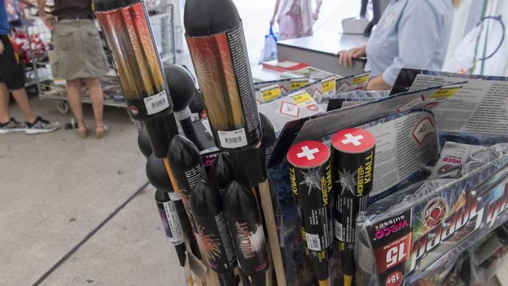 Im Wallis darf derzeit kein Feuerwerk abgefeuert werden. Die Verkäufer von Feuerwerkskörpern sind verpflichtet, die Kunden beim Kauf über das Verbot zu informieren. (Archiv)