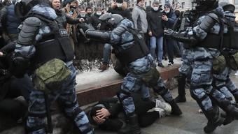 Spezialeinheiten der russischen Polizei gehen brutal gegen Demonstranten vor: In Moskau und weiteren Städten Russlands protestierten am Samstag Tausende gegen die Inhaftierung des Oppositionellen Alexej Nawalny und das System Putin.