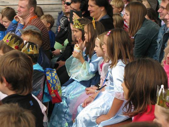 Burgfräulein und gekrönte Häupter im staunenden Publikum.