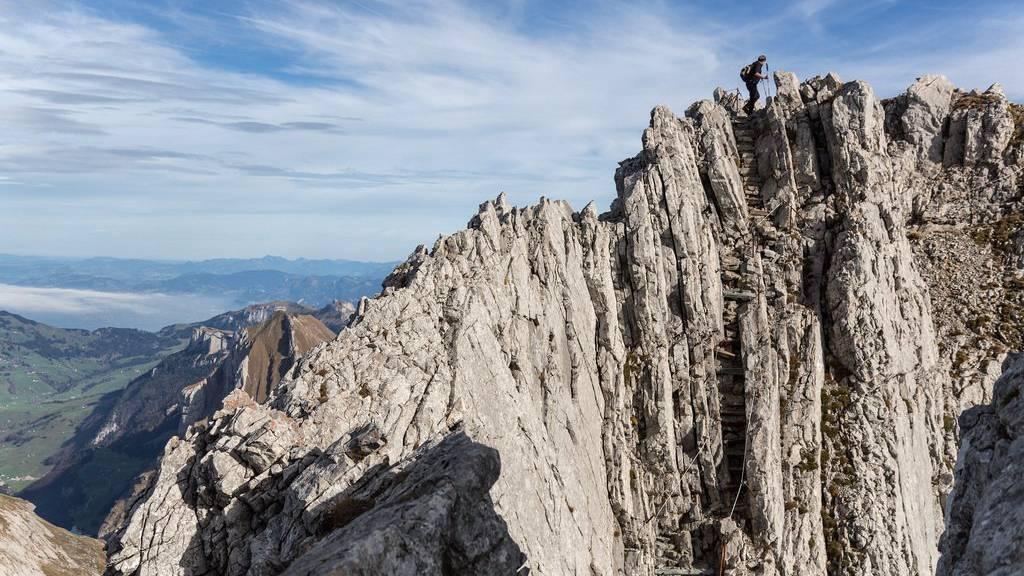 Ein Berggänger beim Säntis, er steigt über den Lisengrat  dem Rotsteinpass entgegen - in der Nähe, wo die Frau am Dienstag verunglückte.