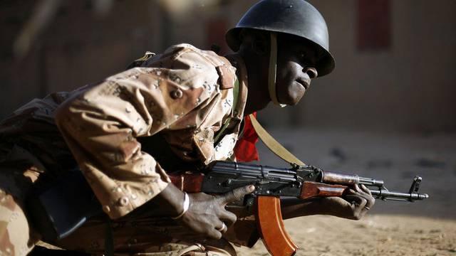Malischer Soldat im Gefecht mit islamischen Fanatikern in Gao