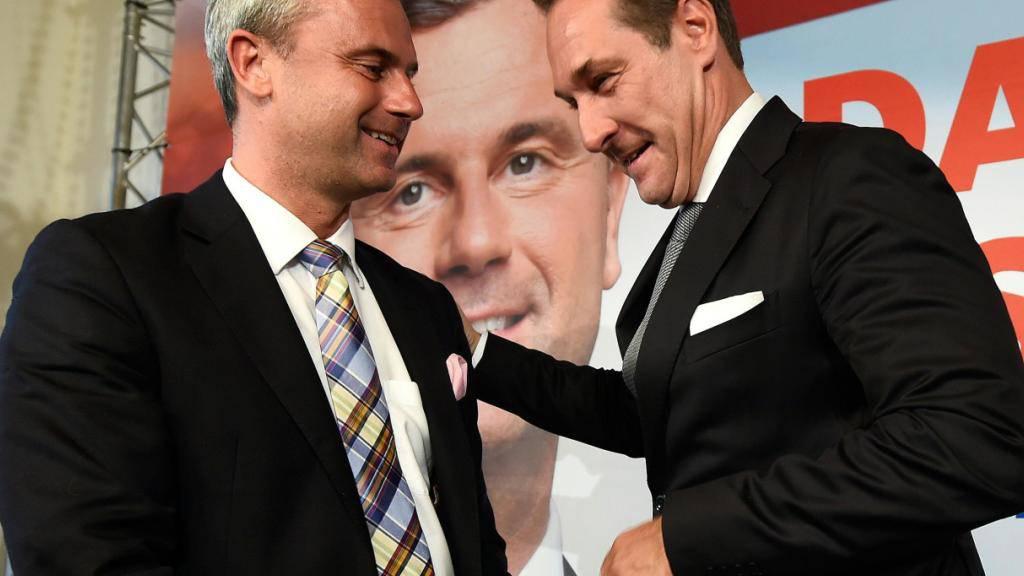 Hofer (l.) und Strache geben sich nicht geschlagen: Ihre Partei FPÖ ficht das Ergebnis des Bundespräsidentenwahl an.