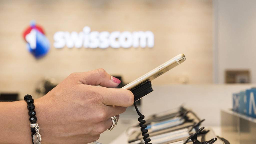 Ein Kunde testet ein Mobiltelefon in einem Swisscom-Shop.