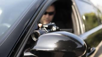 Wenn ein Bezüger einer Sozialversicherung aufgrund eines Verdachts überwacht wird, soll er nach Ansicht des Parlaments die Kosten für die Observation tragen. (Symbolbild)