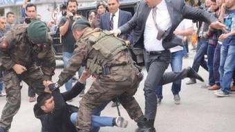 Die Beherrschung verloren: Yerkel trat auf Demonstranten ein