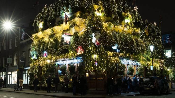 gut Britische Weihnachtsdeko Part - 17: Die Londoner Kneipe u0026quot;The Churchill Armsu0026quot; versinkt im  Weihnachtsschmuck.