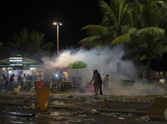 Polizeikräfte setzten am Sonntag (Ortszeit) beim Karneval in Rio unter anderem Reizgas ein.