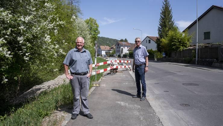 Hansueli Furrer und Erich Schärer (von links) vom Quartierverein Fahrweid-Weiningen-Geroldswil stört es, dass das waldseitige Trottoir entlang der Fahrweidstrasse von der Quer- bis zur Giessackerstrasse wegfällt.