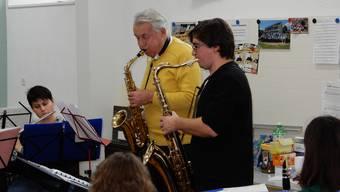 Pepe Lienhard probt mit den Musikgesellschaften Unterkulm und Teufenthal füs Jahreskonzert, rechts im Bild der Dirigent Rafal Jastrzebski