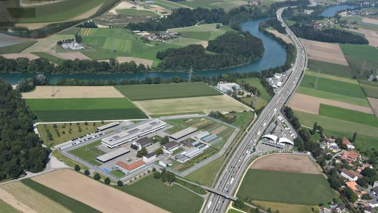 Luftaufnahme über dem «Schachen»: Zwischen der JVA (Bereich links von der Autobahn) und dem Bundesasylzentrum (kleineres Gebäude links von der Autobahn an der Aare) soll ein neues Untersuchungsgefängnis entstehen.