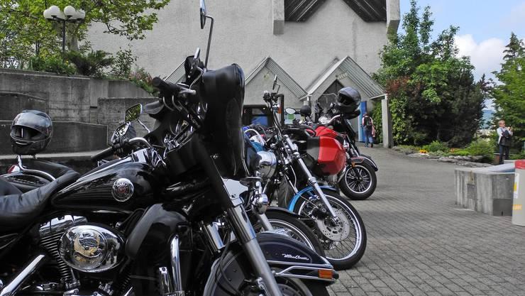 Schwere Motorräder auf dem Oberengstringer Dorfplatz.