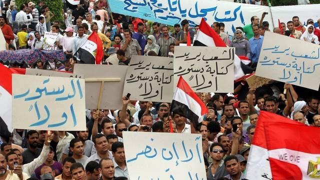 Die Demonstranten fordern einen rascheren Wandel hin zur Demokratie