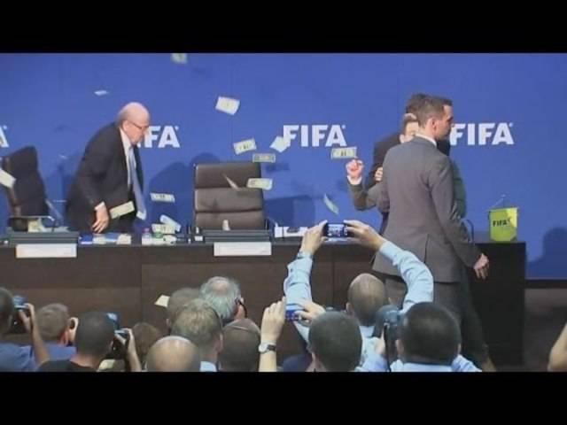 FIFA - Hier wird Joseph Blatter mit Geldscheinen beworfen