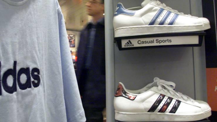 Die Webseite als wichtigste Verkaufsstelle: Adidas will künftig mit weniger Läden auskommen. (Symbolbild)