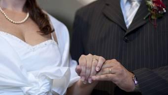 Bei der Heirat setzt sich noch immer meist der Nachname des Mannes durch. (Symbolbild)