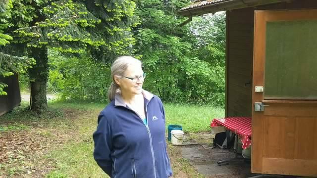 Barbara Kohler Gross öffnet ihr Bienenhaus auf  Urdorfer Gemeindegebiet.