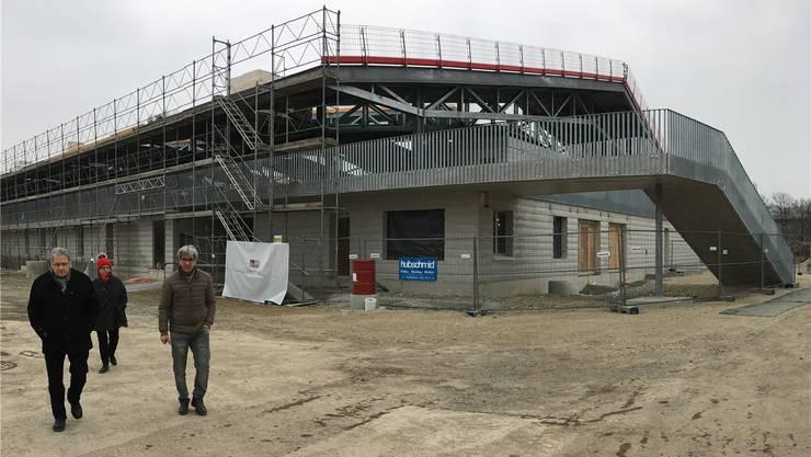 Das ist die Eishalle im Sportpark Bünzmatt in Wohlen: Rohbau mit dem Eingang (unten) und dem äusseren Zugangzum oberen Publikumsbereich (rechts).