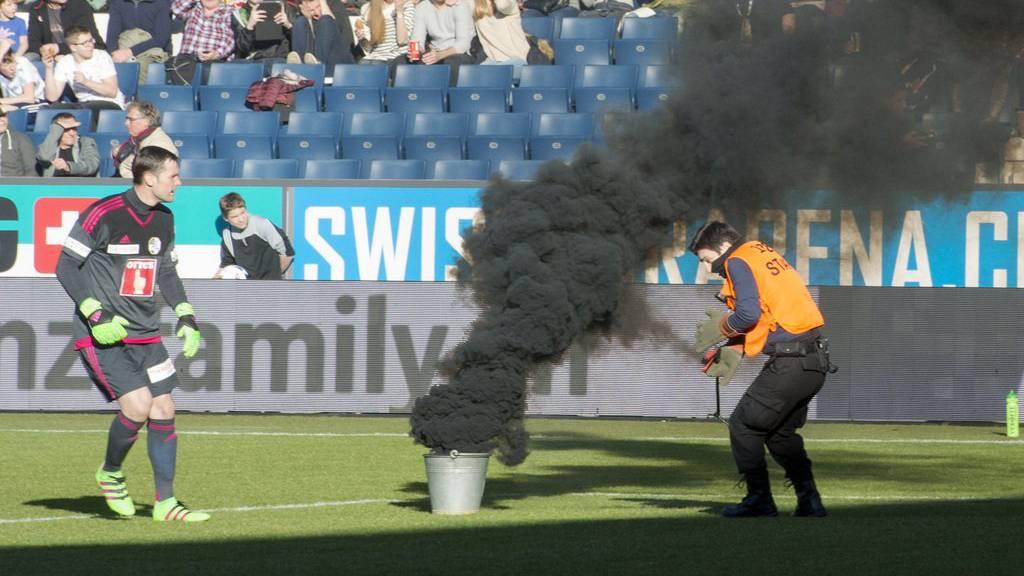 Beim Spiel zwischen Luzern und St.Gallen im Februar 2016 flogen Rauchbomben und Böller auf den Platz (Archiv).