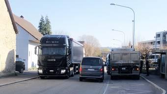 Für die Anwohner Alltag: Lastwagen und Autofahrer kommen an der Staufbergstrasse kaum aneinander vorbei.