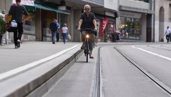 Höher gelegte Tram Haltestellen verärgern Basler Velofahrer